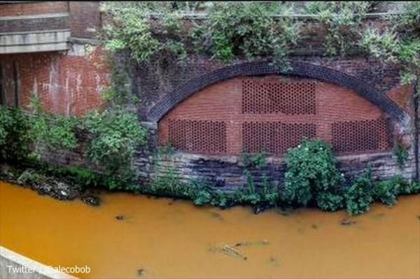 イギリス・マンチェスターの川がオレンジ色に染まる! 原因は不明!!