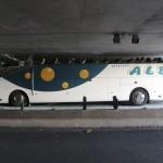 無茶しすぎ! フランスで2.6mのトンネルに、3.6mのバスが進入・挟まる