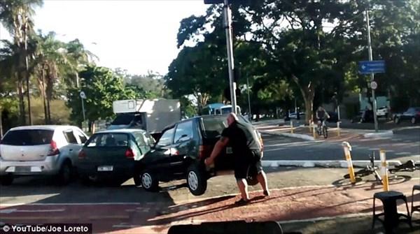 見物人大興奮! 怒りのサイクリスト!違法駐車の車を素手で動かす!!