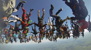 頭からの垂直落下!164人で同時スカイダイビング! 世界記録を更新!!