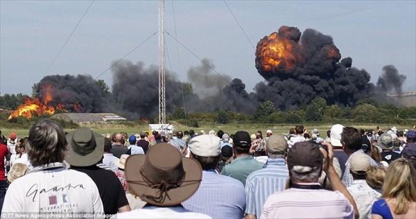 イギリスの航空ショーで戦闘機が墜落事故 まるで映画のワンシーンのように