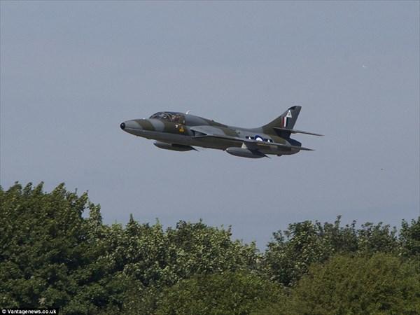 イギリスの航空ショーで戦闘機が...