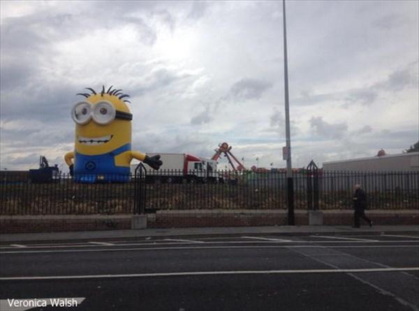 アイルランドで、12メートルの巨大なミニオンが、交通渋滞を引き起こす!!