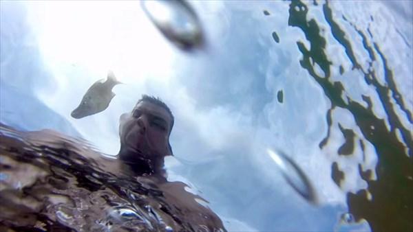 魚がジャンプ! 見事なジャンプ力と絶妙なコントロールで男の乳首に食らいつく