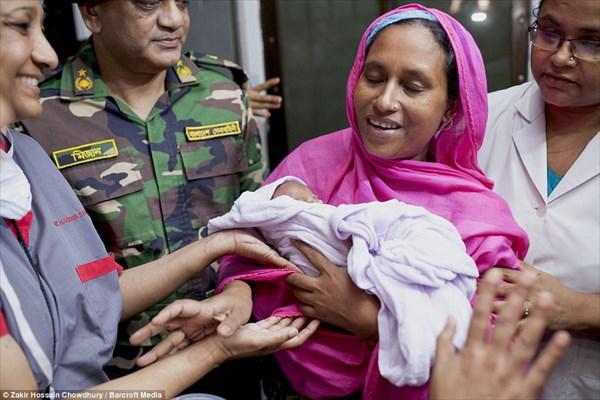 子宮内で弾丸に撃たれた赤ちゃん 緊急帝王切開がされ、1ヶ月ぶりに母親の元へ