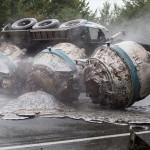 800度の液体アルミニウムを積んだトラック横転 道路に溶けたアルミが流れる