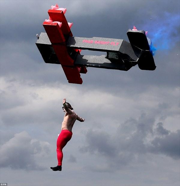 飛ぶ気なんてさらさらない!! イギリスの「鳥人間コンテスト」開催!