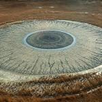 大地が作り出した巨大な人間の瞳! その原因は泥火山!?