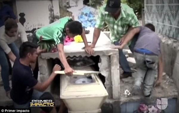 死んで埋葬された花嫁 翌日棺桶の中で生き返る! しかし救出が遅れ酸欠で死亡