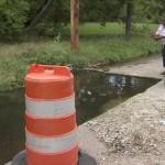 水道工事で掘られた道路の穴 住民が魚を放流し釣り堀化!住民の憩いの場に