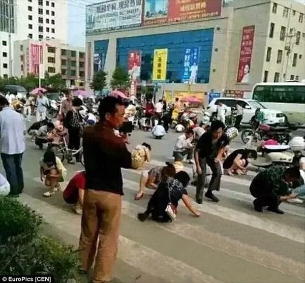 中国のある都市で、住民総出で砂金探し! しかし、砂金ではなく硫黄と判明!
