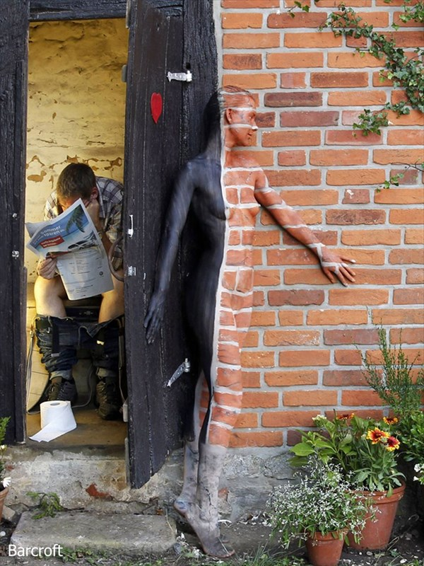 最早、透明人間! ドイツ人アーティストによるボディーペイントアートが凄い!