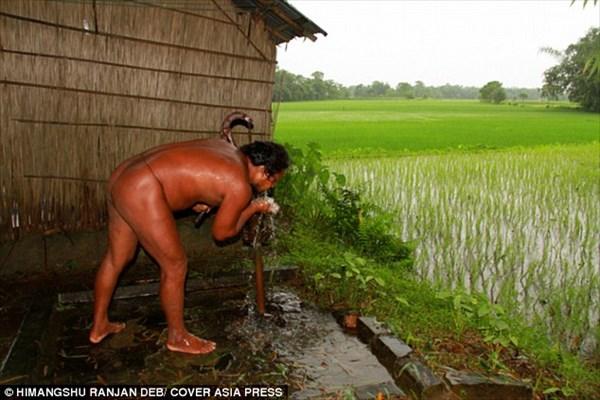 洋服アレルギーのインドの男性 全裸で生活するも優しい村人はそれを受け入れる