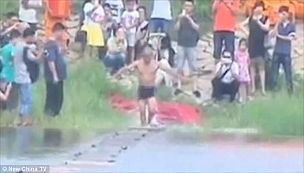 中国少林寺の僧が、水上走り125メートルを達成 自身の記録を5メートル更新