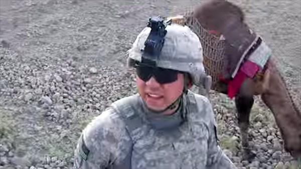 アメリカ兵が捕まえたタリバンのラクダ アメリカ兵のナメた態度に後ろ蹴り!!