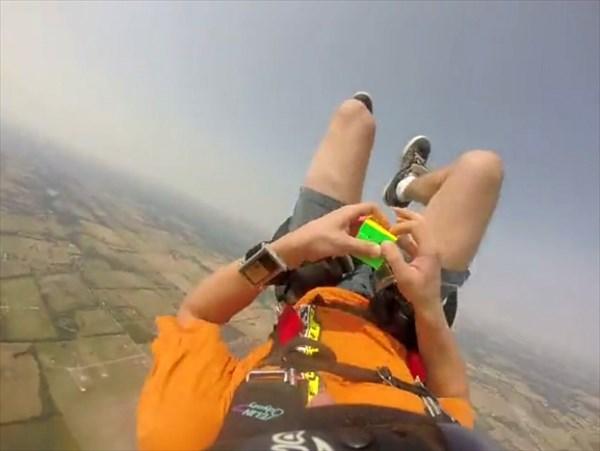 完成するまでパラシュートは使わない! スカイダイビング・ルービックキューブ