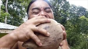 歯でココナッツを高速でむく!「世界最速のココナッツ脱穀機」の異名を持つ男