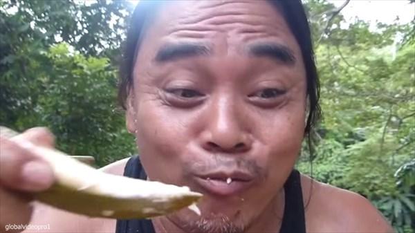 歯で一瞬のうちにココナッツをむく!「世界最速のココナッツ脱穀機」の異名を持つ男