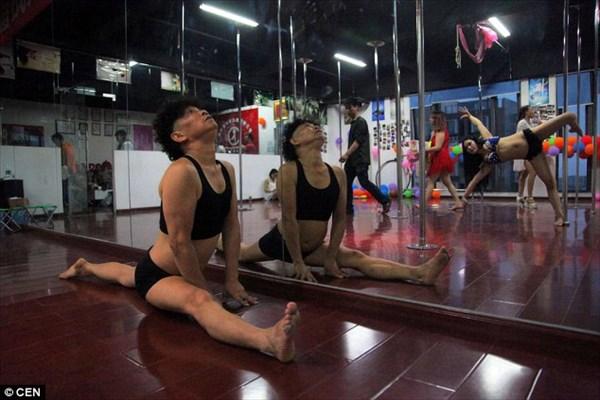 片思いがきっかけで、プロ並みのポールダンスを習得した66歳の中国人男性!