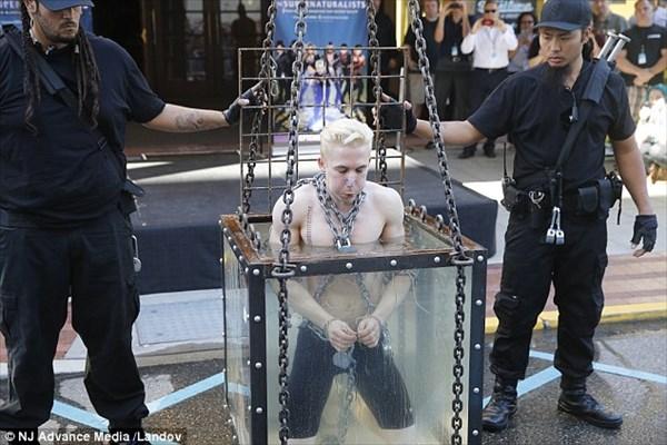 今度は水中脱出マジックをおこなったマジシャン 脱出に失敗し病院へ搬送!!