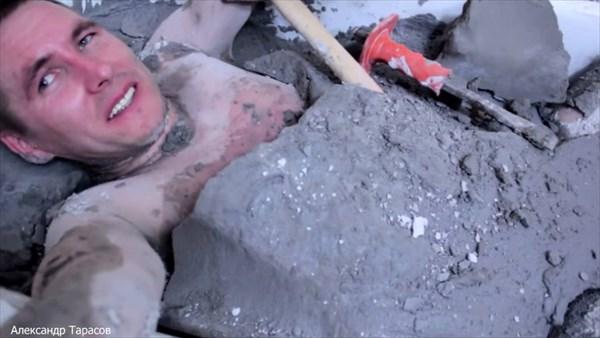 命より再生回数!ロシアのユーチューバーが石膏風呂に入浴。脱出できるか実験!