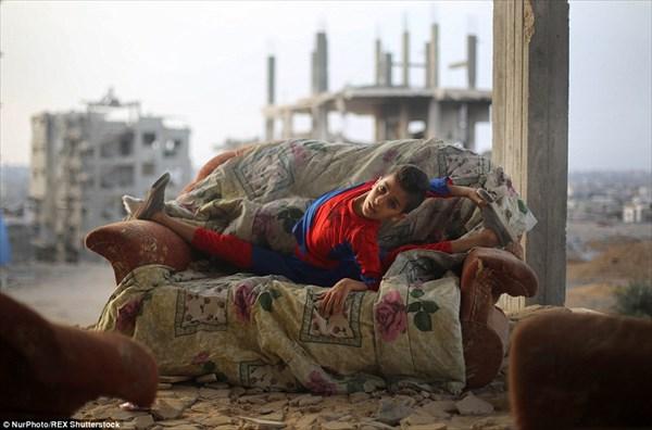 瓦礫と化した街でパフォーマンスを披露する「ガザ地区のスパイダーマン」