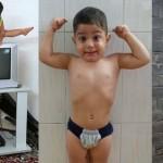 将来有望! ブロック塀だって平気で登る! イランの2歳の怪力男児!!