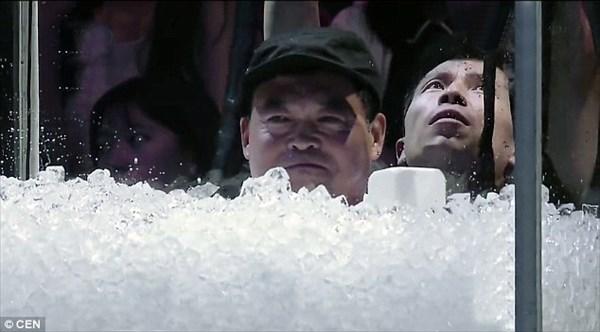 中国の「氷王」115分間にわたり氷漬けになり、自身の世界記録を更新!!