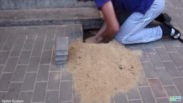 気づかれずに地面を舗装され生き埋めになった犬 2日後に奇跡的に救出される!