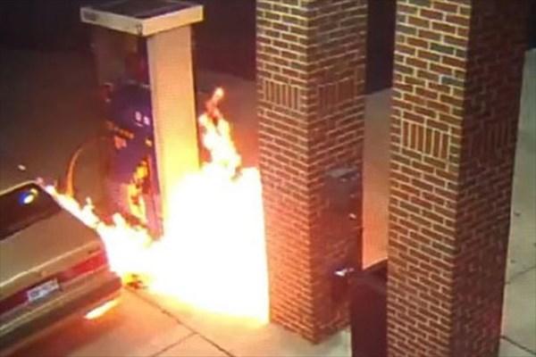 クモ嫌いの男 クモをライターで退治しようとして車とガソリンスタンドが炎上!