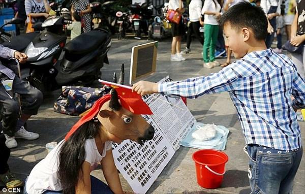 心が痛む… 病気の父と兄弟のため、牛のマスクをかぶり物乞いをする中国の少女