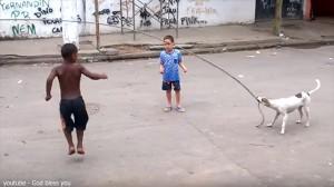 超賢い! スラム街の子どもたちのために縄跳びの縄を回してあげる犬!
