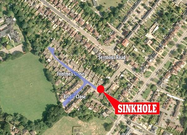イギリスで巨大な陥没穴が開く! 道路は袋小路で数十件の住宅が閉じ込められる