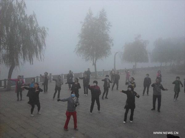 健康って難しい!高濃度スモッグが発生してもお構いなしに太極拳をする中国の人々
