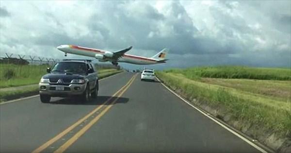 あぶねぇ! 地面スレスレで着陸しようとしてくる旅客機!!