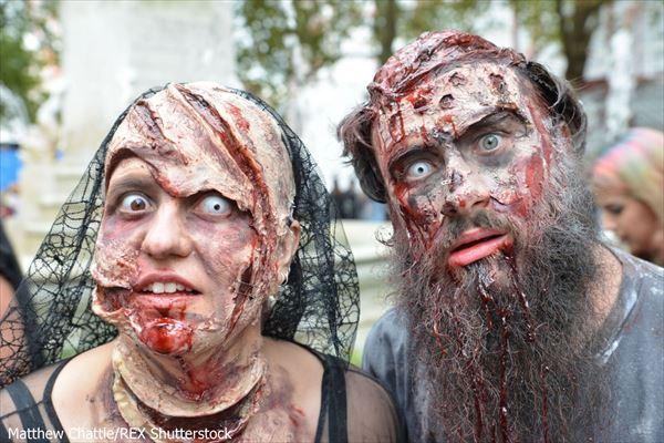 10月10日「世界ゾンビの日」を祝いロンドンの街に現れたゾンビたち!