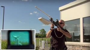 飛行する無人機を強制停止! 対ドローン用兵器「ドローン・ディフェンダー」