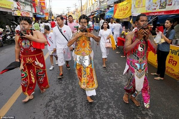 毎年恒例! タイのベジタリアン祭り! 痛々しいが、やると神が守ってくれる?