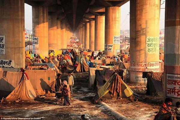 異世界感を感じる! インドのガンジス河に架けられた手作りの橋