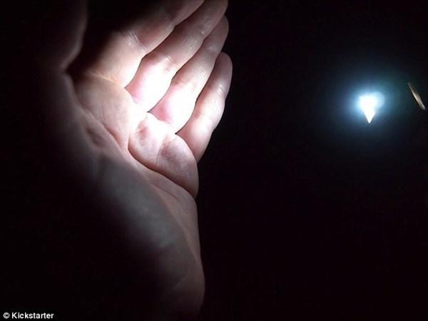 これは欲しい! 電池不要!体温だけで明かりが点くライト「ルーメン」!