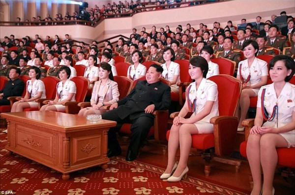 美女に囲まれご満悦の金正恩氏 北朝鮮ガールズグループのライブを
