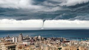 これから街に災いを起こしそうな禍々しい竜巻がイタリアに出現!