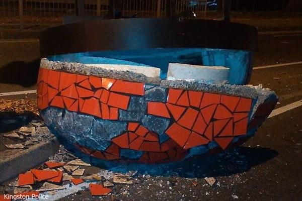 ロンドンの道路にUFOが墜落!? 謎の物体を回収した地元警察が情報を募集!