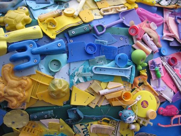 ビーチに漂着したプラスチックのゴミでアートを! ゴミから生まれた芸術作品!