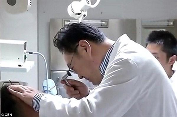 薬と間違え瞬間接着剤を耳に注入した中国人男性 激痛によりパジャマ姿で病院へ