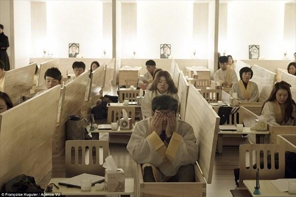 韓国で「死の体験学習」がおこなわれる! 学生は遺書を書き棺桶の中で模擬葬儀