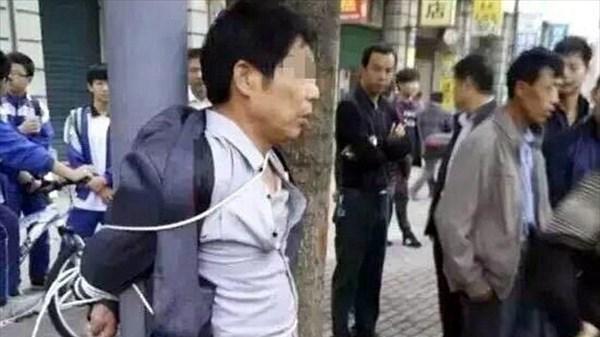 高校生の娘をストーカーしていた51歳男 父親によってポールに縛り付けられる