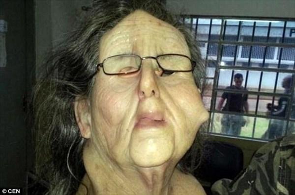 マスクで老婆に変装して脱獄しようとした囚人 見知らぬ老婆に看守が気づき失敗