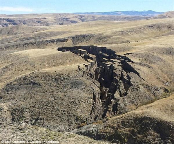 何かの前兆!? アメリカ・ワイオミング州で巨大な亀裂(地割れ)が現れる!