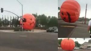 ハロウィンの恐怖 巨大なカボチャのモニュメントが暴走! 外灯2つをなぎ倒す